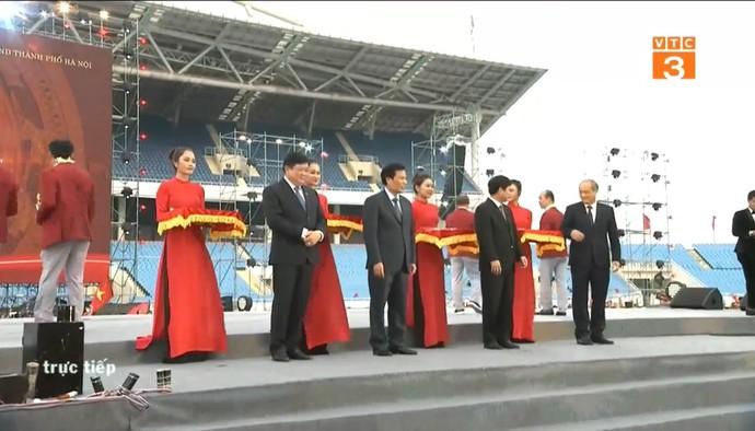 Đoàn Thể thao Việt Nam lên nhận kỉ niệm chương